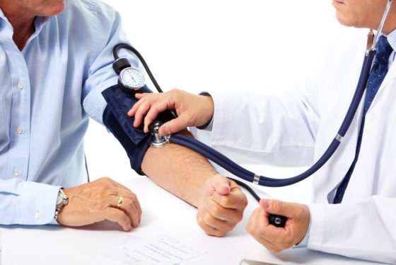 Jaarlijkse bloeddrukcontrole kan aantal beroerten en hartfalen verminderen
