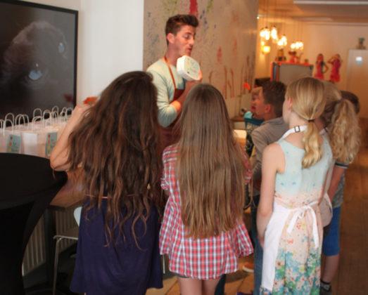 Tv-kok leert kinderen speels te koken met paprika's