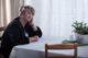 Attachment oudere eenzaam overdenkend aan tafel 80x53