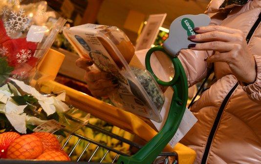 Vergrootglas op winkelwagen helpt bij lezen van etiket