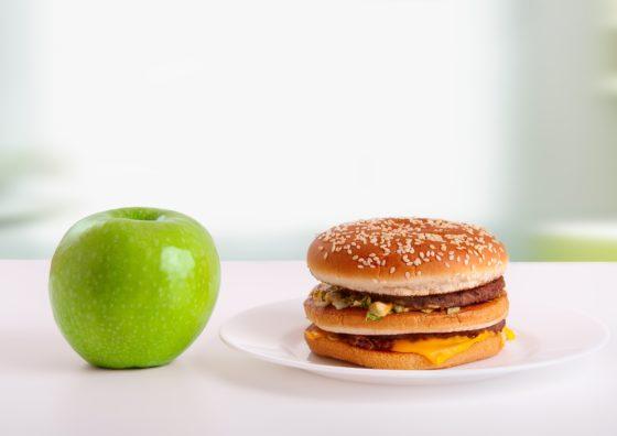Omgevingsprikkels lijken voedingskeuzes automatisch te beïnvloeden