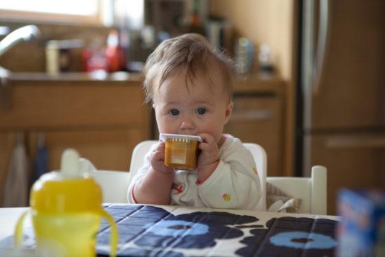'Eerste vaste voedingsproducten baby's voldoen niet aan richtlijnen Amerikaanse kinderartsen'