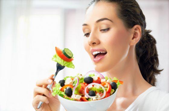 Eetgewoonten van jonge vrouwen mogelijk beïnvloed door anderen