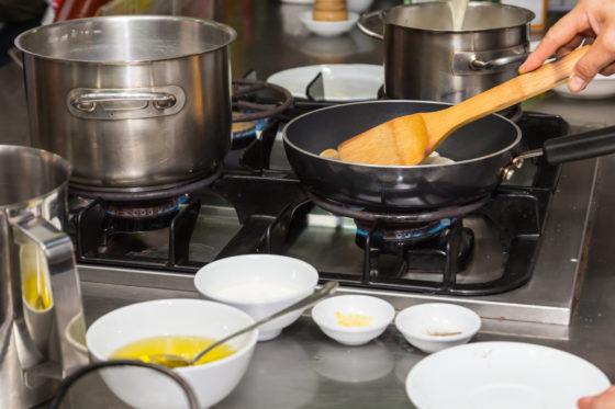 Jongvolwassen met kookvaardigheden eten gezonder