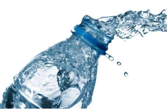 Met name jongeren drinken meer mineraalwater